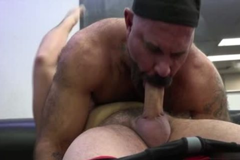 Muscle Bear butthole job With cumshot