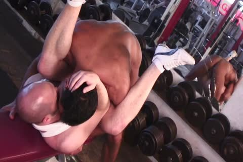 Tanned Lad Nails ravishing Lad's butthole In The Gym